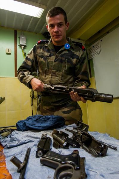 Un fusilier-marin, en nettoyage d'armes.