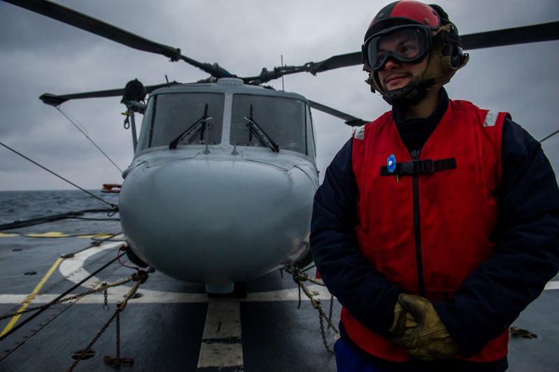 Un technicien d'armement du détachement aéronautique